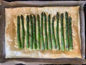 Lay the asparagus on the puff pastry